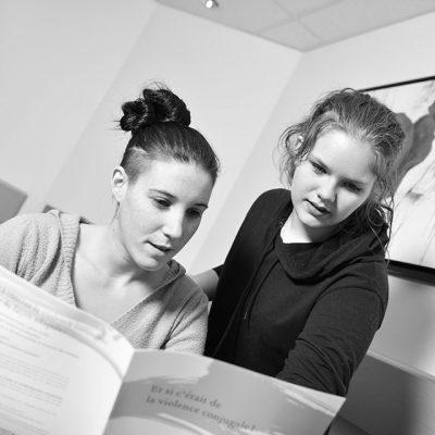 Deux étudiantes consultent un document