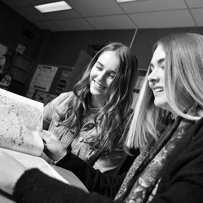 Deux étudiantes consultent un livre