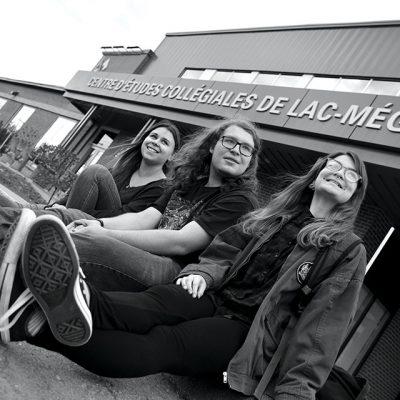 Trois étudiants devant le campus