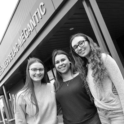 Trois étudiantes devant le campus de Lac-Mégantic